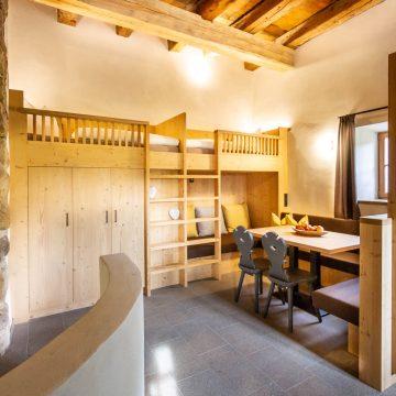 Sitzecke mit Hochbetten in der Ferienwohnung Schlernstein